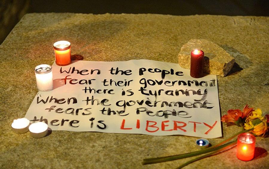 10月16日晚,超過千人手持燭光在斯利馬(Sliema)為加莉西亞守夜,前總理岡奇(Lawrence Gonzi)亦有出席。(MATTHEW MIRABELLI/AFP/Getty Images)