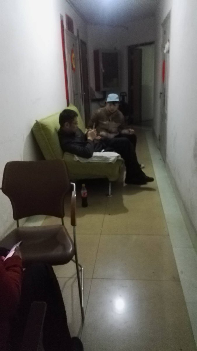 謝小玲家門前長長的走廊,當地派出所搬來沙發,24小時對她進行監控。(高瑜推特)