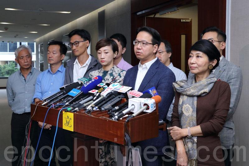 民主派對陳健波強行推「主席指引」提出強烈抗議,又指不排除就此提出司法覆核,或申請禁制令。(蔡雯文/大紀元)