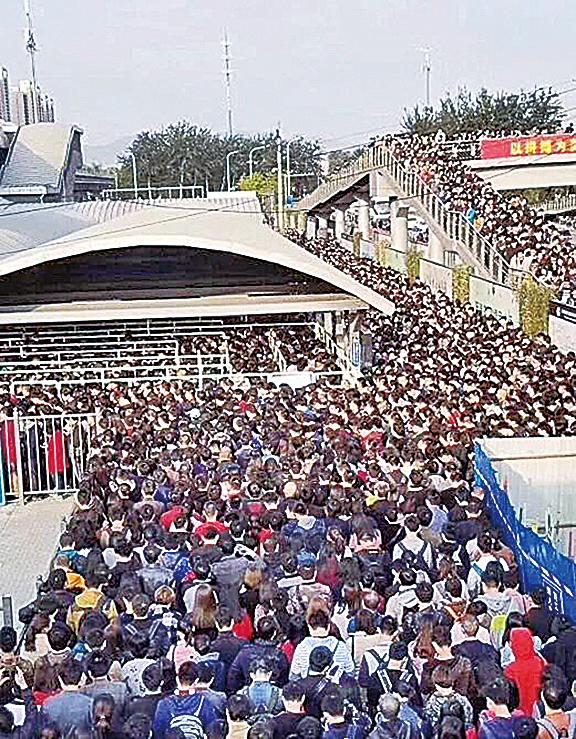 安檢加嚴,16日北京地鐵站嚴重堵塞。(網絡圖片)