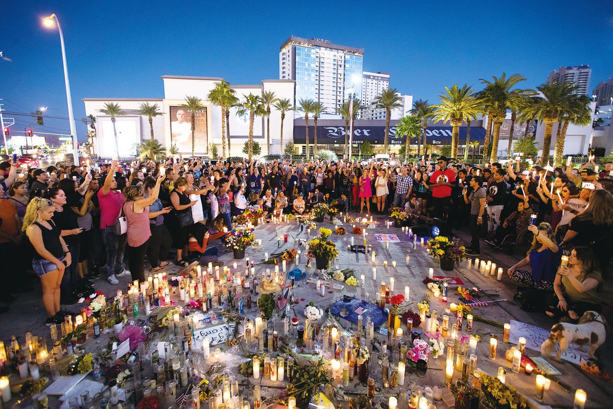 美國拉斯維加斯槍擊案後,當地民眾舉行燭光守夜活動,悼念遇難者。 (Getty Images)