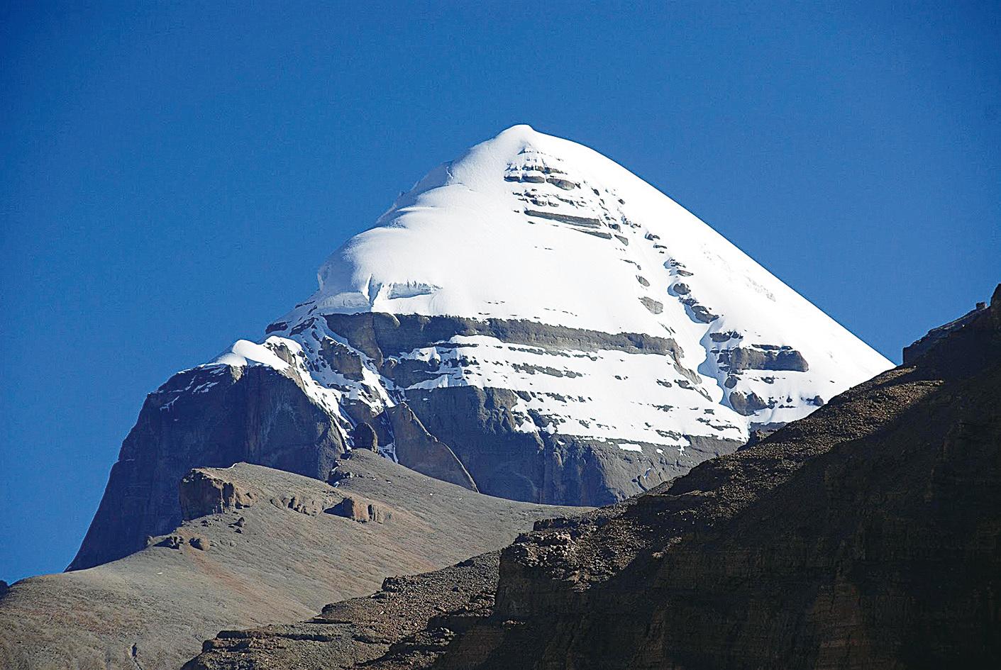 岡仁波齊峰外形確實與金字塔接近,被認為或許是金字塔的原型。(網絡圖片)