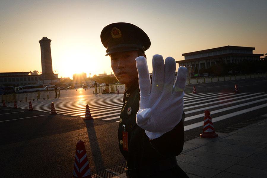 10月18日,中共召開十九大,外媒指將有70%的人事被更換,包括350人的中共中央委員會、25人的中共中央政治局,以及目前7人的中共中央政治局常委。(MARK RALSTON/AFP/Getty Images)