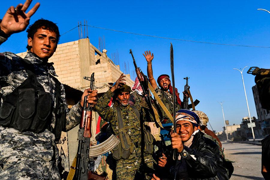 敘利亞民主力量(SDF)周二(10月17日)表示,針對拉卡的「主要軍事行動」已經結束,IS份子已失去對拉卡的控制權。(BULENT KILIC/AFP/Getty Images)