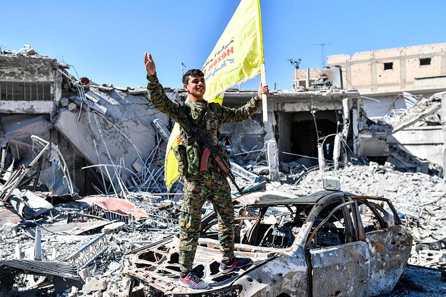 敘利亞民主力量(SDF)周二(10月17日)表示,針對拉卡的「主要軍事行動」已經結束,IS份子已失去對拉卡的控制權。圖為SDF一名戰士在歡呼。(BULENT KILIC/AFP/Getty Images)