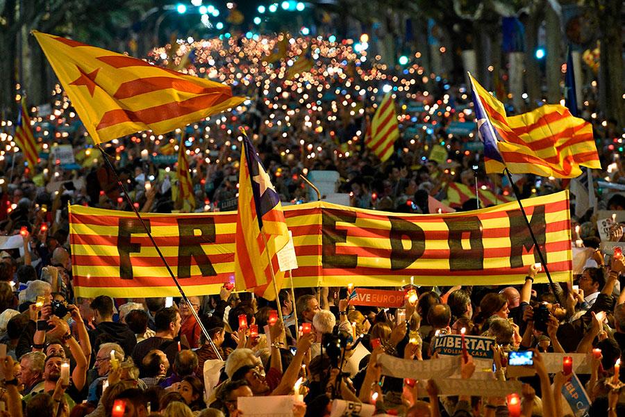 巴塞隆拿市警局發言人表示,約20萬人今天走上加泰羅尼亞首府巴塞隆拿街頭,進行燭火示威,抗議西班牙國家法庭裁定關押兩名影響力十足的加泰羅尼亞獨派領袖。(LLUIS GENE/AFP/Getty Images)
