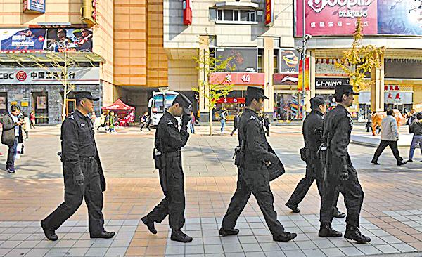 中共十九大在陰霾壓城、恐怖「維穩」的氣氛中開幕,安檢措施比以往更嚴。(Getty Images)