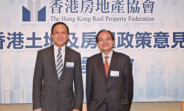 左起:香港房地產協會副會長施家殷、香港房地產協會監事長何錦榮。(余鋼/大紀元)