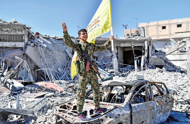 敘利亞民主力量(SDF)17日表示,針對拉卡的「主要軍事行動」已經結束,IS已失去控制權。圖為SDF一名戰士在歡呼。(AFP)