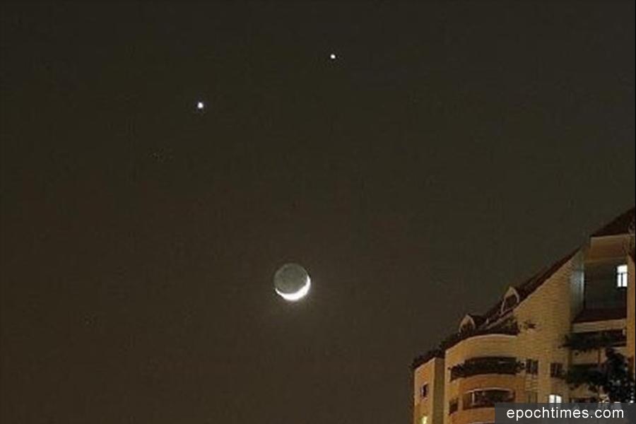 中共「十九大」開幕前夜,大陸上演「雙星伴月」天象,即金星、火星和殘月近距相聚。古書中記載:「雙星伴月,無德者亡!」(網絡圖片)