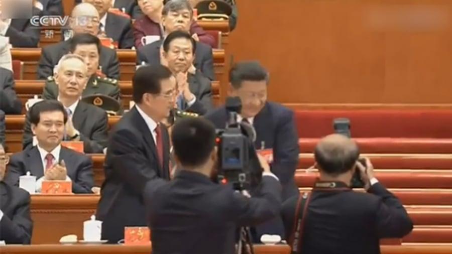 習近平作完「十九大」報告後,首先與胡錦濤握手,官媒還給予特寫鏡頭,然後才與江澤民握手,但官媒畫面沒有顯示握手鏡頭。(視像擷圖)