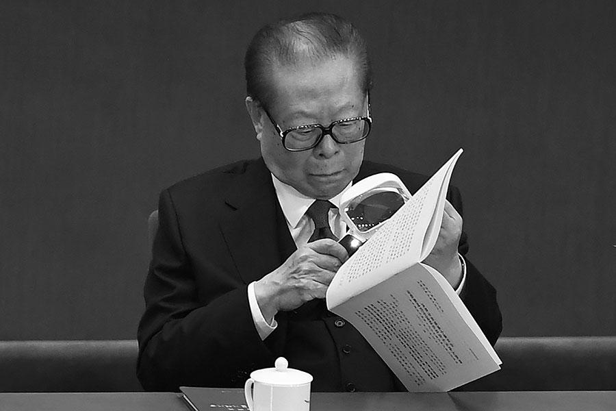 中共兩會期間,與會的代表中有兩個分別是江澤民的侄子和外甥,他們不敢直面回應媒體關於江澤民健康問題。圖為江澤民在去年的十九大開幕儀式上。(WANG ZHAO/AFP/Getty Images)