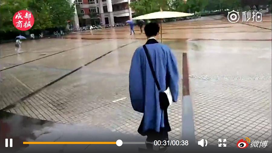 西南石油大學大二男生康偉從去年十一開始,幾乎全天穿漢服。他稱,他已「超過300多天全天穿著漢服」。圖為穿著漢服的康偉。(視像擷圖)