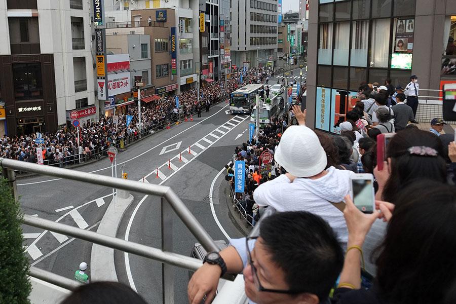 日本國會選舉期間,人們在街頭聆聽候選人發表演講。圖為10月11日,靜岡縣燒津市的民眾在道路兩旁聆聽自民黨候選人的競選演講。(KAZUHIRO NOGI/AFP/Getty Images)