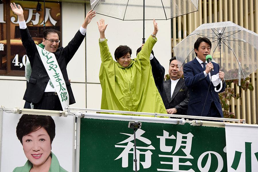 圖為10月15日,希望之黨黨魁小池百合子在東京街頭雨中助選,為希望之黨拉票。(TORU YAMANAKA/AFP/Getty Images)