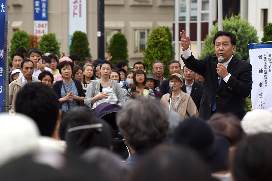 圖為10月11日,立憲民主黨黨魁枝野幸男在千葉縣松戶市進行街頭競選演講。(KAZUHIRO NOGI/AFP/Getty Images)