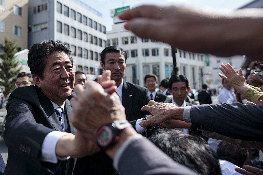 圖為10月18日,日本首相、自民黨黨魁安倍晉三在埼玉市為自民黨拉票。(BEHROUZ MEHRI/AFP/Getty Images)