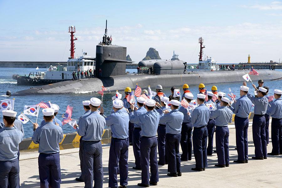 從一張密歇根號抵達釜山港時的照片,可以看到潛艇上方有兩個大箱形物,「商業內幕」質疑這兩個物體可能是供海豹部隊使用的筒倉。(U.S. Navy photo by Mass Communication Specialist Seaman William Carlisle/Released)