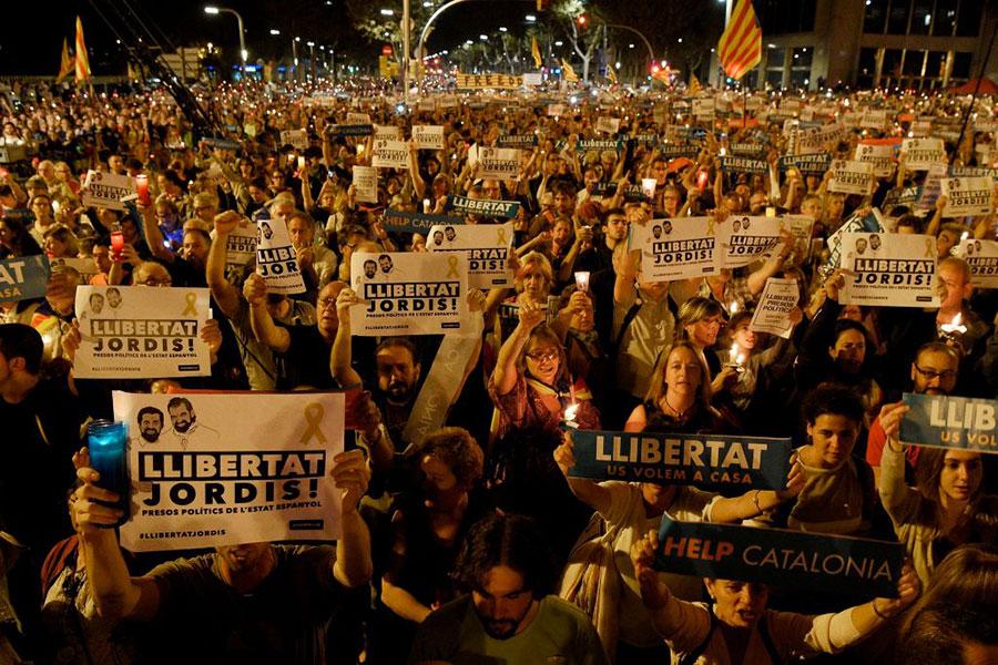圖為10月17日,要求從西班牙獨立的加泰人民集會。(LLUIS GENE/AFP/Getty Images)