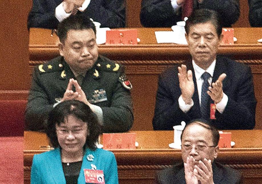 中共十九大首日,中共軍委主席辦公室主任鍾紹軍(後排)佩戴戰區級資歷章與會。