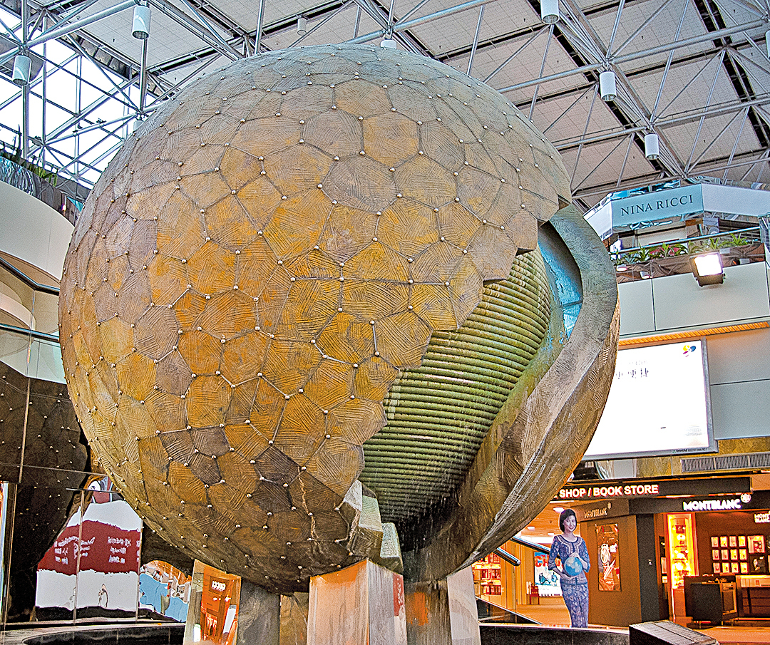 月球為史前文明的人造星球,其實際金屬殼體外形與當今台北中正國際機場第二航廈的一件圓球雕塑極其逼近。(攝影/席上珍)