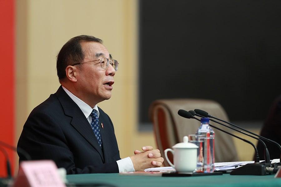 中紀委副書記楊曉渡在「十九大」的首場記者招待會上回答問題。(大紀元資料室)