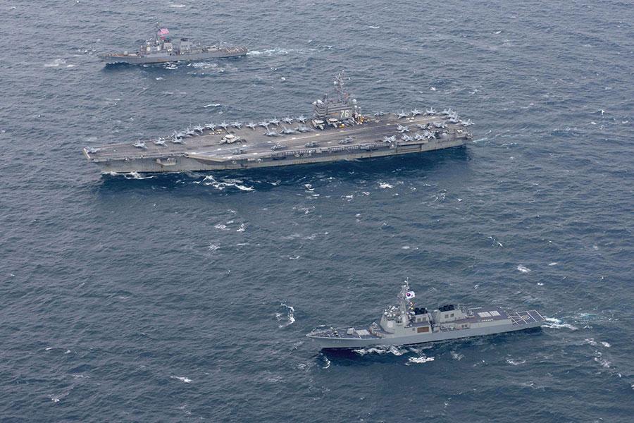 11月11日開始,美韓海軍開始在朝鮮半島海域進行聯合軍事演習,美軍派遣3艘航空母艦戰鬥群參加軍演,這是時隔10年來首次。圖為列根號航母。(AFP PHOTO/US NAVY/MC2 Kenneth ABBATE)