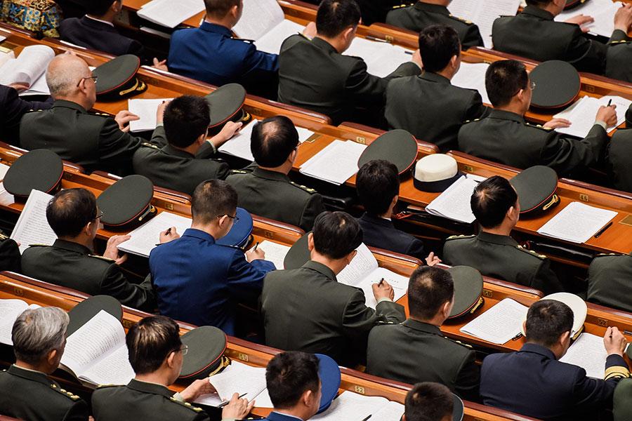 中共十九大公佈的新一屆中央委員中,軍方多名將領當選,但有多名現任中央軍委委員沒有在名單之內。(Etienne Oliveau/Getty Images)