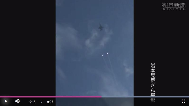 10月11日,美軍戰鬥機在日本廣島縣上空多次發射疑似熱誘彈的發光球體。(視像擷圖)