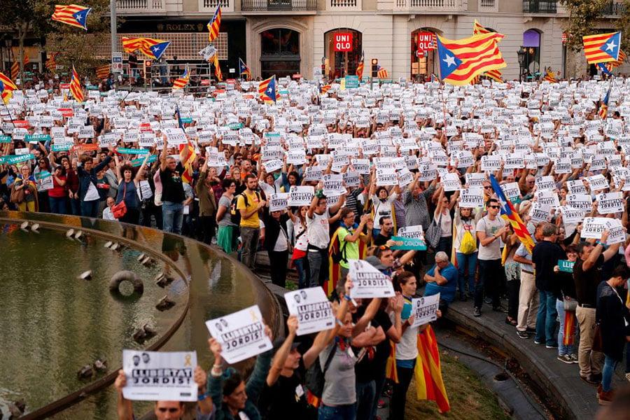 周六(10月21日)西班牙首相拉霍伊召開緊急內閣會議,商討由中央政府控制加泰,並強行舉行地區重新選舉,這遭到45萬加泰人民上街抗議。(Pablo Blazquez Dominguez/Getty Images)