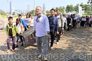 團體赤腳遊行促林鄭正視學童自殺