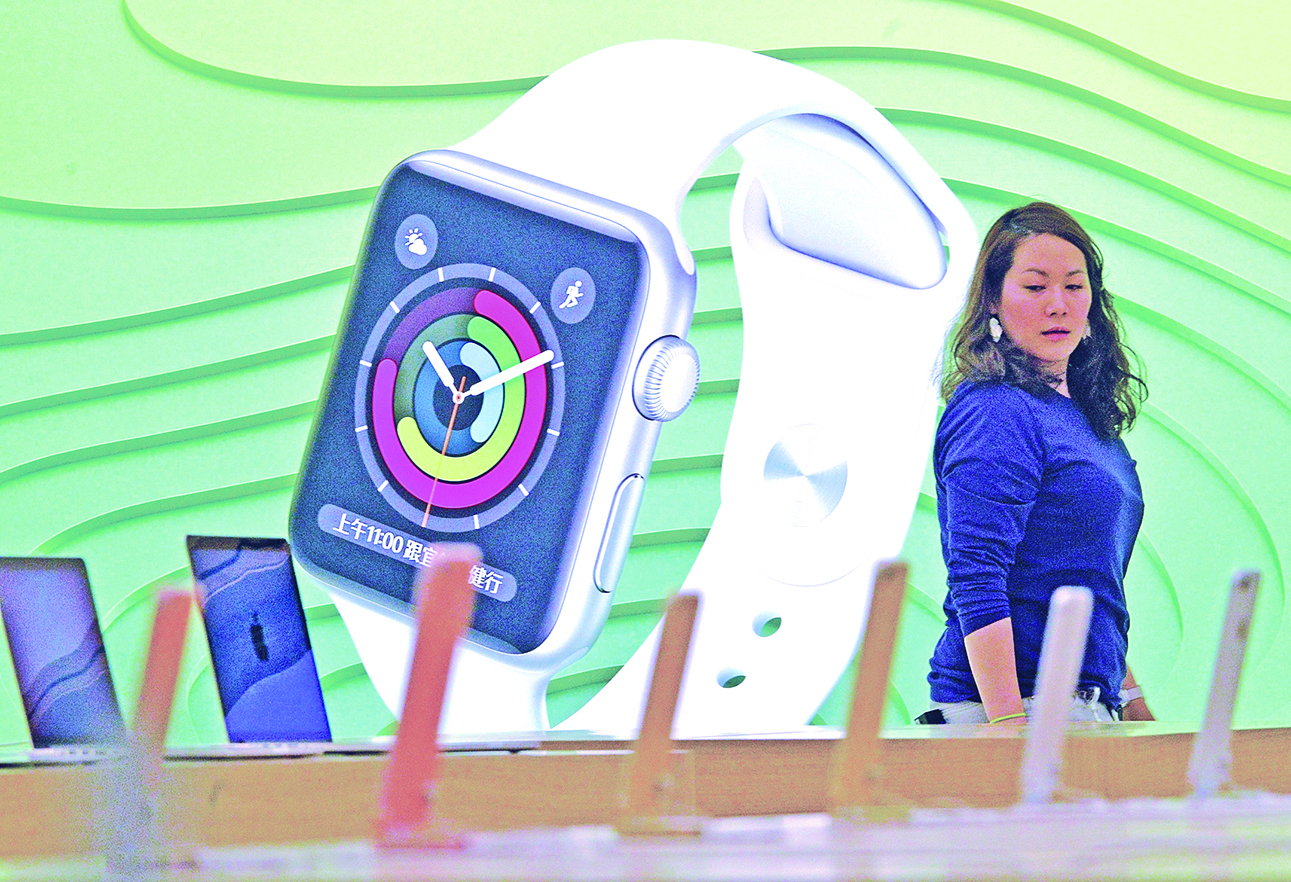 蘋果智能手錶系列3被叫停。有分析認為,可能是手錶內建的SIM卡衝擊了中共的「實名制」監控。(AFP)