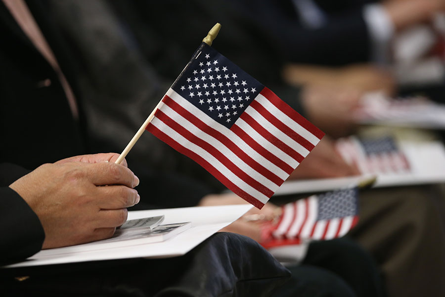 消息人士透露,總統特朗普行政部門擬暫停難民家屬入境美國的簽證,直到能夠進行更多的安全檢查為止。(John Moore/Getty Images)