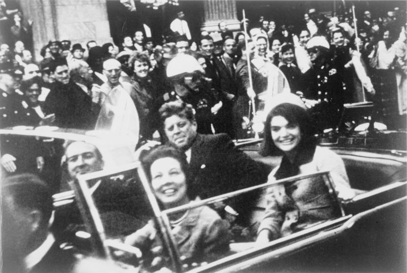 1963年11月22日,時任美國總統的甘迺迪遇刺,震驚世界。(維基百科公有領域)