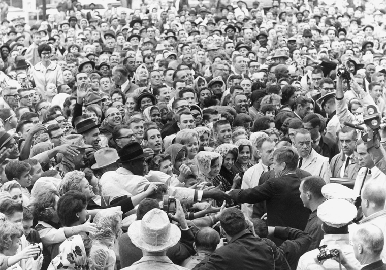 1963年11月22日下午12時30分,甘迺迪在德克薩斯州達拉斯遇刺。(維基百科公有領域)