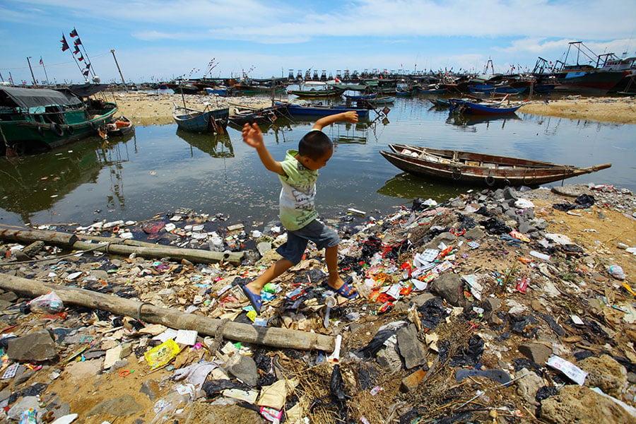 圖為海南一鄉村的垃圾污染。(STR/AFP/Getty Images)