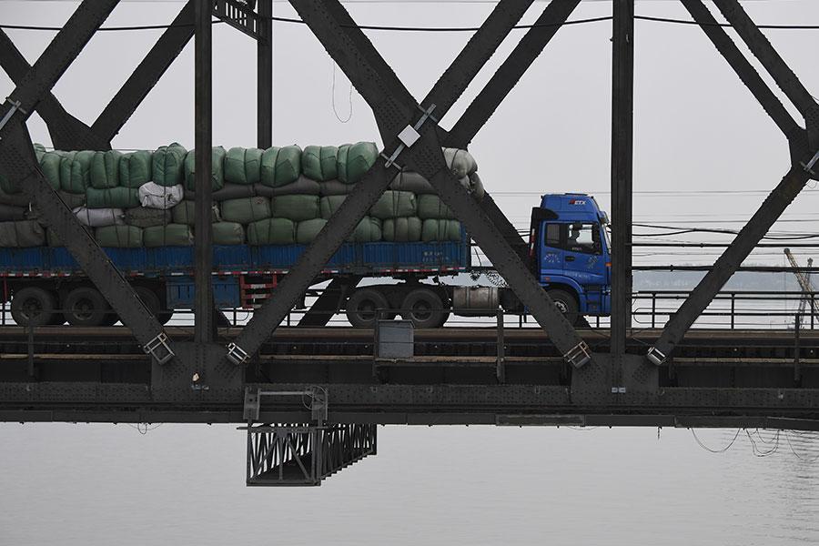 中國海關11月23日發佈的數據顯示,中朝貿易十月份下降到3.35億美元,這是自從二月份以來的最低水平。來自北韓的進口也下降到多年來的最低水平。這是聯合國制裁遏制中朝貿易的最新跡象。(GREG BAKER/AFP/Getty Images)