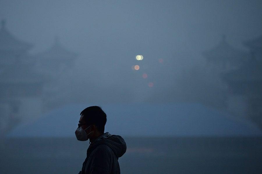 圖為濃罩在嚴重霧霾中的一個北京公園,攝於2016年12月20日。(WANG ZHAO/AFP/Getty Images)