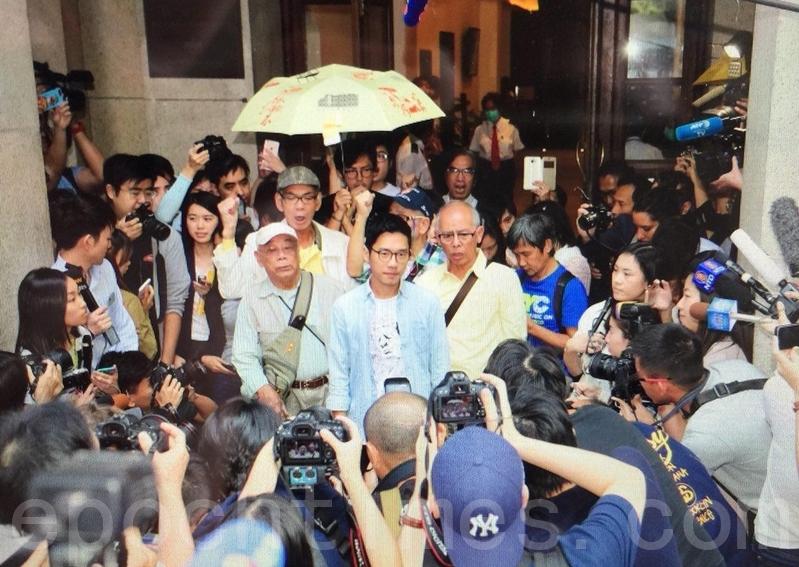 羅冠聰獲准保釋後,約下午一時步出法院,大批中外傳媒在法院外等候。(李逸/大紀元)