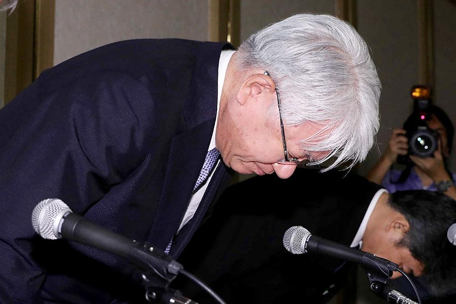 神戶製鋼公司社長川崎博也10月13日就造假問題公開道歉。(STR/AFP/Getty Images)