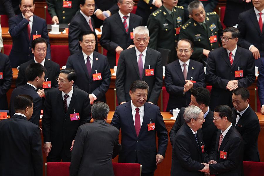 中共上屆政治局委員中,已有13人不在新一屆中央委員名單中,在25日的中央政治局委員、常委選舉中,現任政治局委員中至少13人不能進入政治局。圖為中共十九大結束情況。(Lintao Zhang/Getty Images)