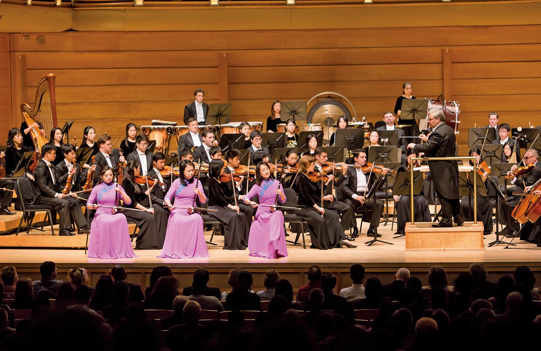 神韻交響樂團二胡演奏家自右至左為戚曉春、孫璐與王真(大紀元)