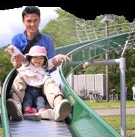大人抱小孩溜滑梯 骨折風險高