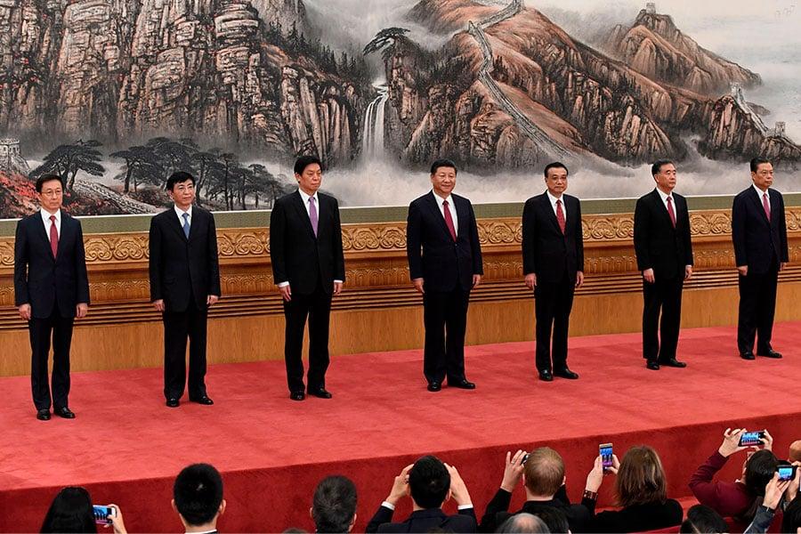 2017年10月25日七名新常委與傳媒見面,他們分別為習近平、李克強、栗戰書、汪洋、王滬寧、趙樂際、韓正。(WANG ZHAO/AFP/Getty Images)