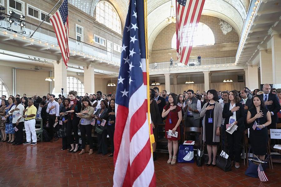 特朗普移民令暫停接收難民的期限,在星期二(10月24日)到期,特朗普政府公佈更嚴格的審批規定。(John Moore/Getty Images)
