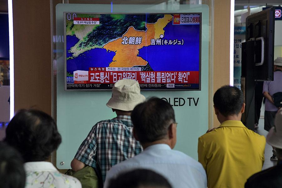 美國眾議院於10月24日通過一項加強對北韓制裁的法案。圖為南韓民眾於9月3日觀看北韓當天進行核試的電視新聞。(Ed JONES / AFP)