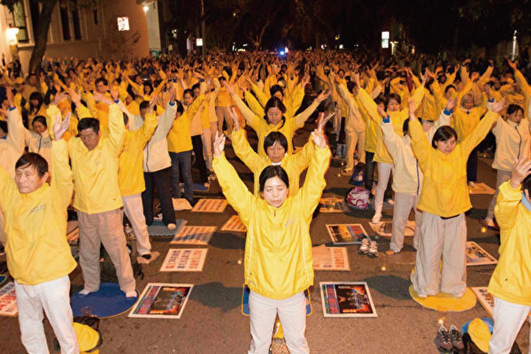 2016年10月22日晚,來自全球各地法輪功學員2千人在三藩市中領館前集體煉功,呼籲解體中共、結束對法輪功的迫害。(周容/大紀元)