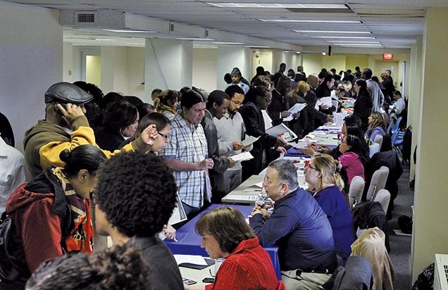 圖為紐約就業博覽會成千上萬的求職者排隊面試。(Getty Images)