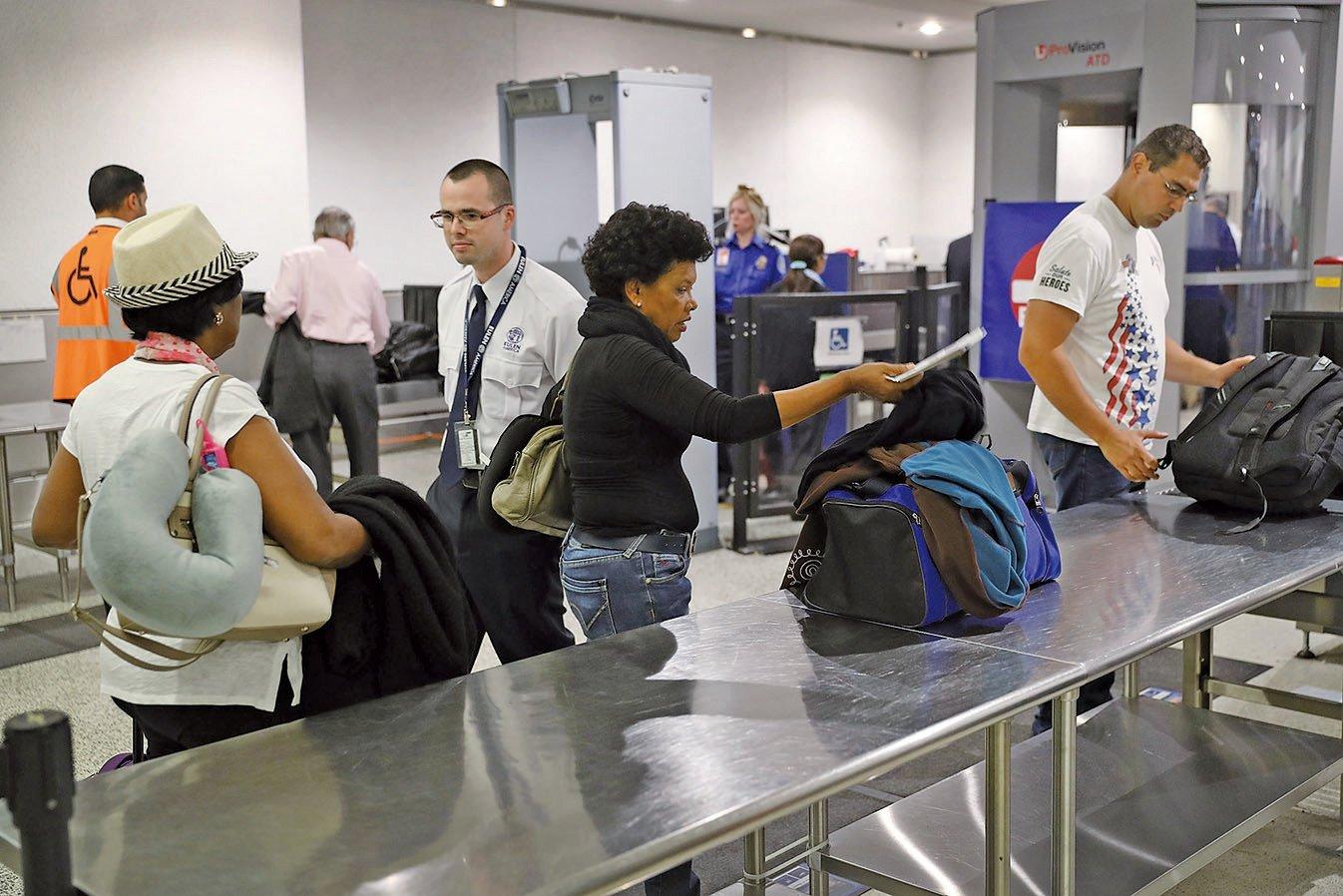 航空公司10月24日表示,一項針對所有飛往美國航班的新規將於10月26日生效,新規包括更嚴格的乘客隨身檢查,以遵守美國政府的安全措施。(Getty Images)