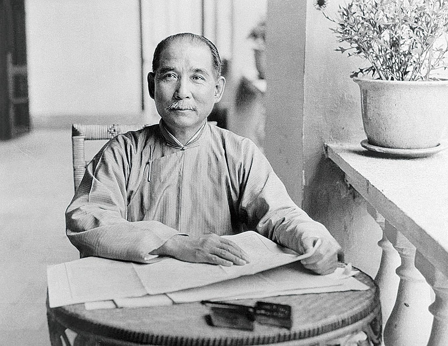 右圖:中華民國國父孫中山先生提出「民族、民權、民生」的三民主義思想。(Shutterstock)